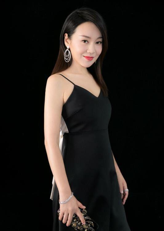 早期出席活动的闫妮,她的气质真不是吹的,年过40依然美如少女!