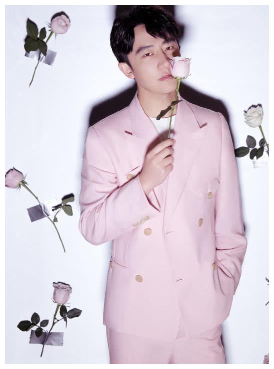 黄轩真的是太花了,粉丝西装粉玫瑰,网友表示小肉手真出戏