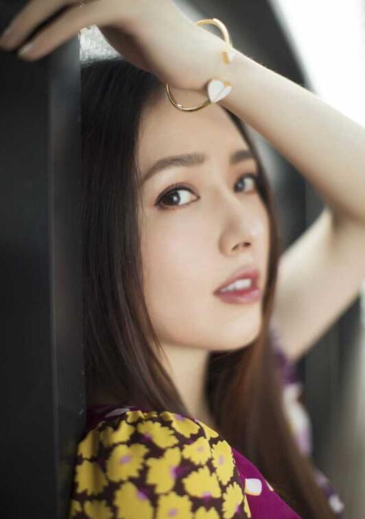 郭碧婷身着kate spade印花长裙展现完美身材!