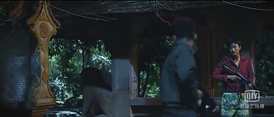 小伙被大毒枭绑架,特工女友单枪闯入总部救小伙,场面太燃了!