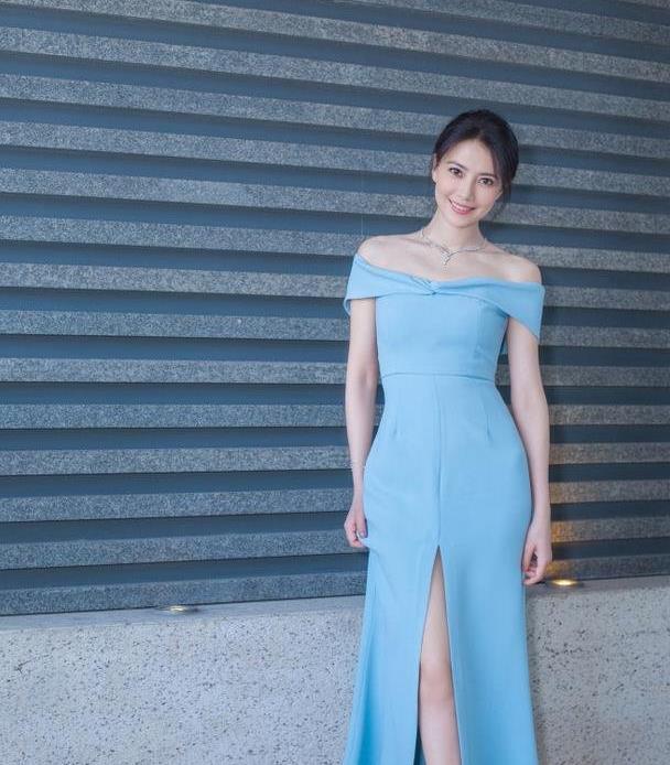 高圆圆身穿一字肩蓝色露肩长裙 时尚大气 尽显女神范