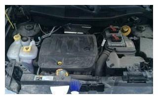 汽车发动机灰尘如何清理?去维修店太费钱,我们可以自己进行清洗