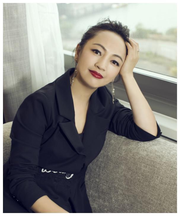 27岁红极一时,嫁华谊副总裁生2女,娱乐圈最朴实阔太