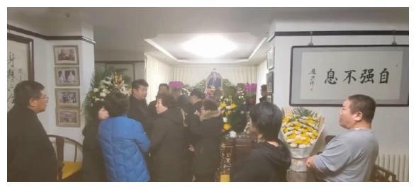 赵忠祥灵堂设家中,客厅摆满花圈鲜花,家人戴孝帽好友前往吊唁上