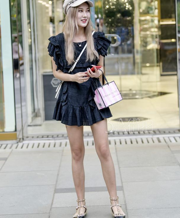 街拍:靓丽裙装塑造精致丽人感,时髦穿搭塑造清爽好气质