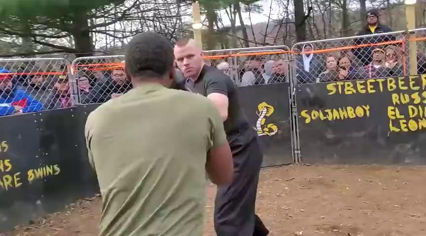 黑人壮汉被对手钳制,险些扛不住被KO,起身就是一个大背跨!