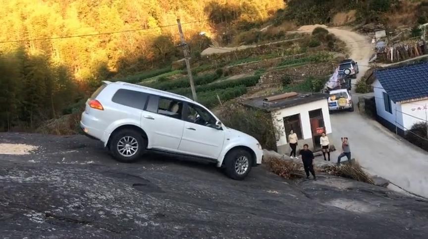 不愧是三菱的山猫神车,倒着也能爬上大石坡