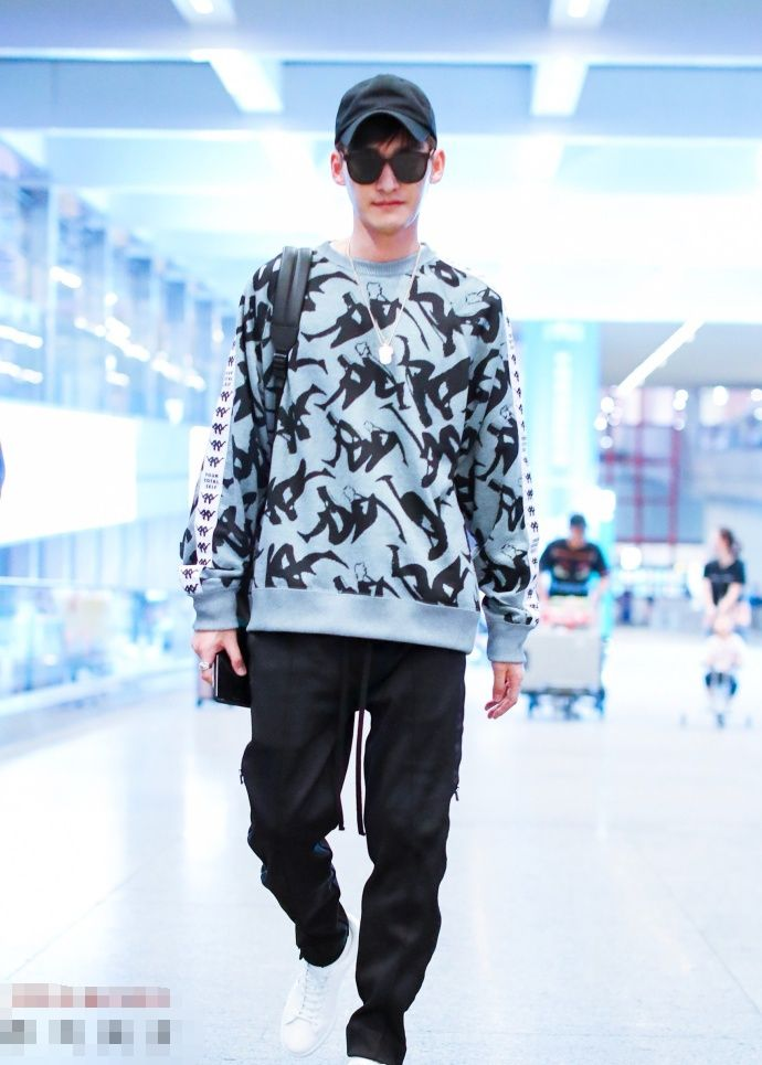 张翰回国喽,我们的Kappa大使这身穿出了时尚潮流的魅力!