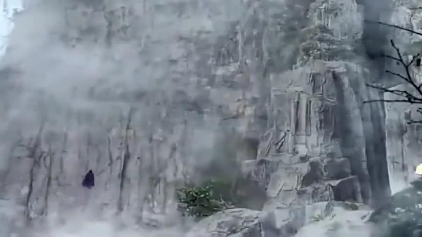小伙为采仙药,孤身一人到山顶,不料遇到三头蛇怪