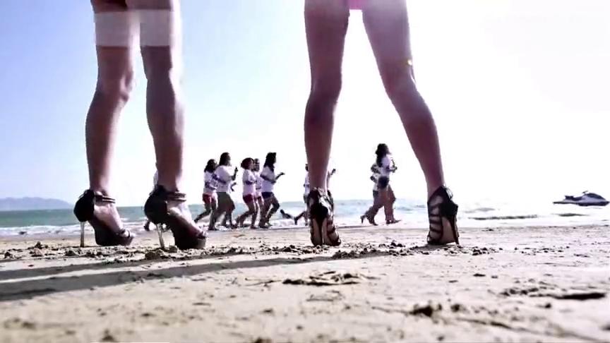 女模特在海滩训练,旁边的三个娘炮太让人恶心了!