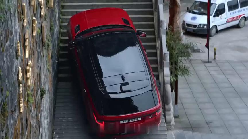 视频:路虎揽胜开上天门山999级阶梯,真替车手捏了把汗