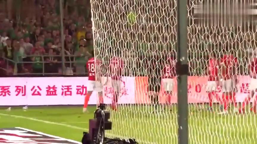 国安球迷往场内的埃尔克森丢水瓶,黄博文飞身用手挡住了