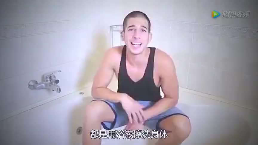 奇葩一小伙在倒入1500瓶辣椒酱的泳池里泡澡差点被辣到昏厥