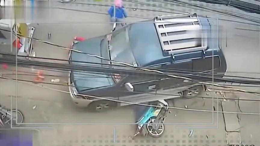面包车随意停车,把摩托车车害惨了,拍下惨烈的车祸,死神来了