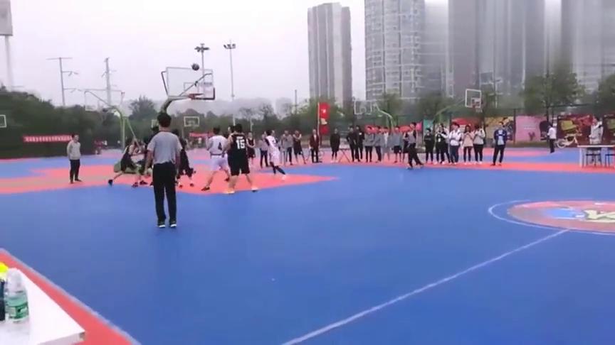 """大学篮球赛惊现""""砍分帝"""",大一新生狂揽97分吊打对手!"""