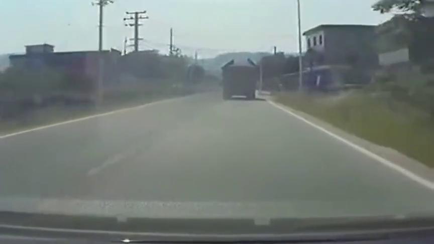 防御型驾驶看一辆小车如何逼翻大卡?