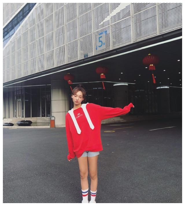 被《创造101》淘汰却给王一博搭戏,穿红色上衣运动袜,真惊艳