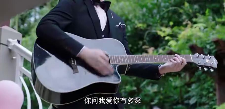 霸道总裁结婚纪念日,助理弹吉他跪地求婚,总裁都羡慕不已!