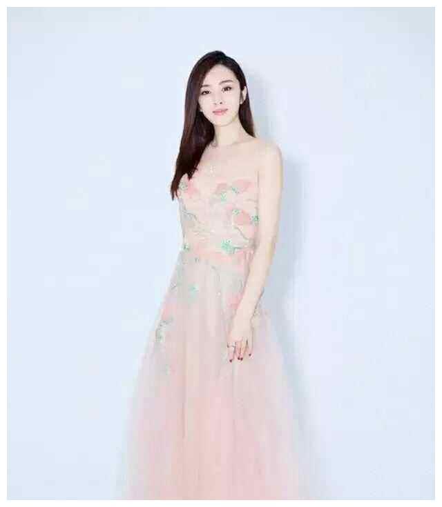 王晓晨亲吻奶奶为其庆生,和妈妈同框似姐妹,难怪胡歌这么喜欢她