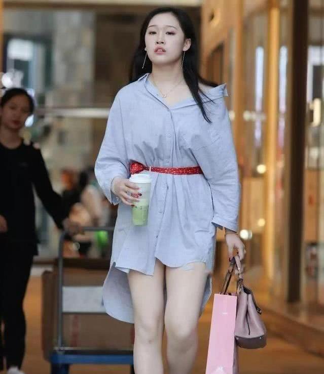 街拍:潮流辣妈一袭粉色职业套装,气质大方很淑女,妩媚迷人!