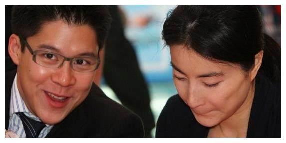 郭晶晶大婚时,霍启刚的一个小动作,诠释了什么叫爱!