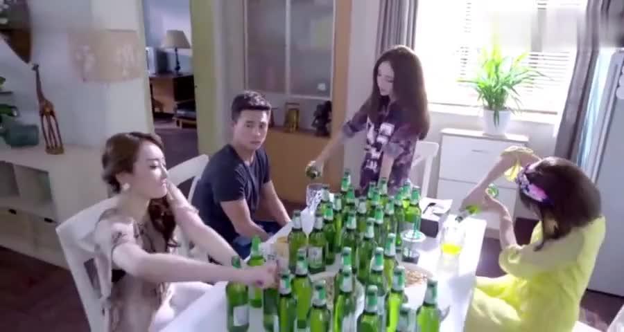 三个美女想灌醉小伙,不料小伙运气真好玩了,半天一口没喝上真逗