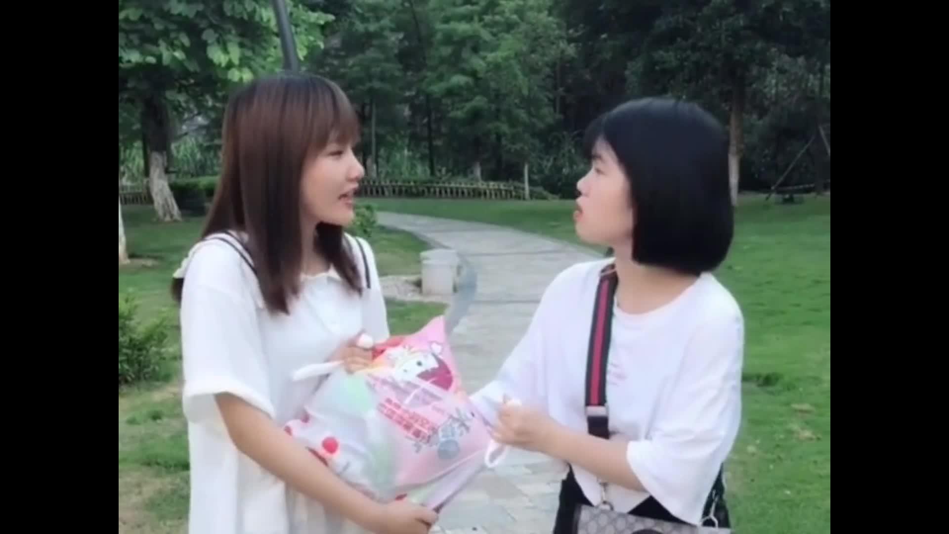 陈婷跟弟媳抢零食弟弟来劝架被陈婷打了场面战火强烈