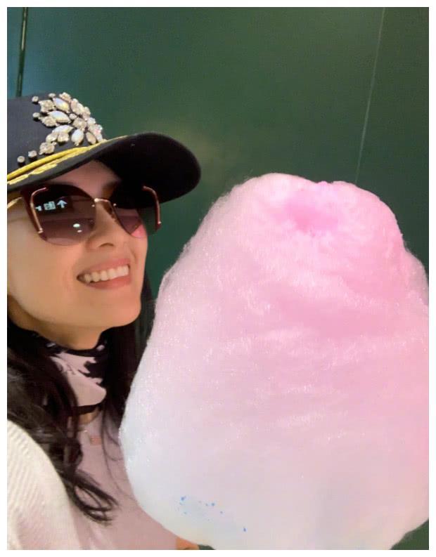 章子怡和女儿有爱同框装扮显嫩,与醒醒争吃棉花糖可爱十足