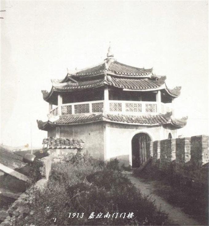 清朝快灭亡了,梅州的客家人生活安宁祥和,田园风光很美丽