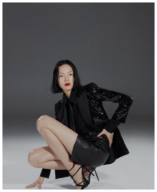 超模雎晓雯惊艳出镜,亮片西装搭配超短裤,露出修长美腿吸睛十足