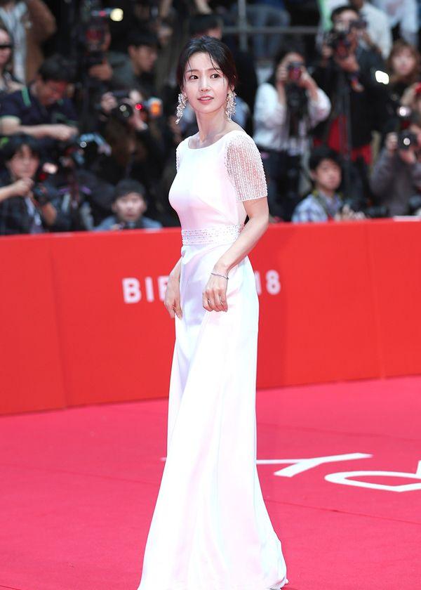 南奎丽穿白色露背长裙出席第23届釜山国际电影节,尽显妖娆身姿