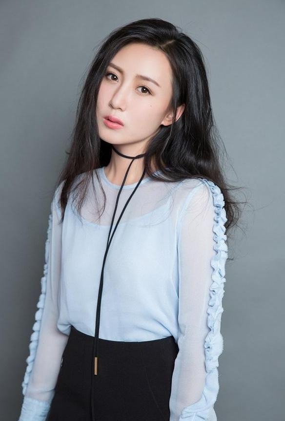 张墨锡:身着黑色露背吊带礼服,衬托出曼妙的身材,妩媚至极