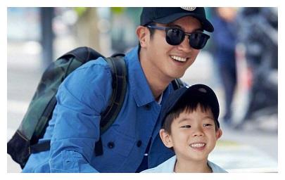 杜江给儿子报读外语学习班,课堂上嗯哼一脸认真,网友:乖孩子