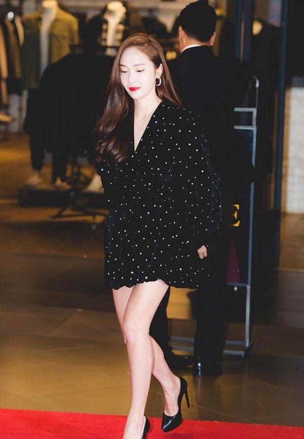 韩国明星着装:金智妍咖色大衣与金发很配,张熙珍黑色大衣飒爽