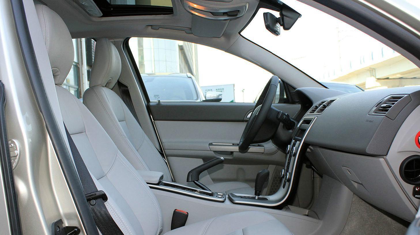 分享一款沃尔沃S40时尚图集,潮流的车身设计,线条感很强