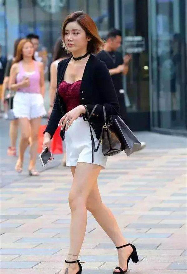 街拍:穿低胸装的女人有多美?