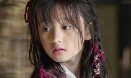 最美小童星才10岁,化浓妆穿绿色西装,凹造型摆pose气场全开