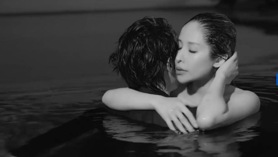 40岁萧亚轩与小16岁男友拍mv,大秀美背身材性感,泳池拥吻超甜蜜