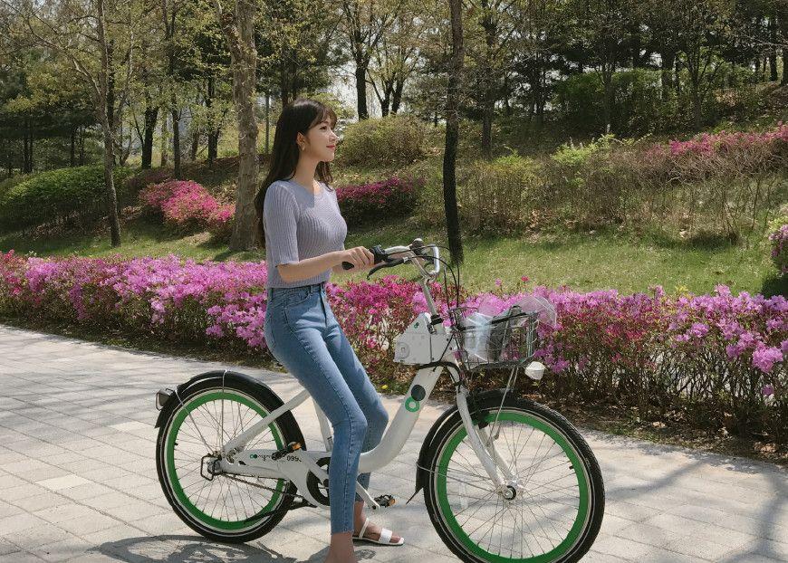 穿牛仔裤骑自行车的女人最美丽
