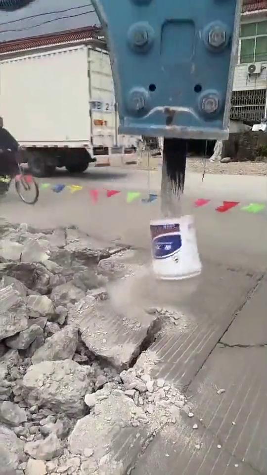 这个真是良心挖机啊,怕碎石崩到路人,改装的一个小装置