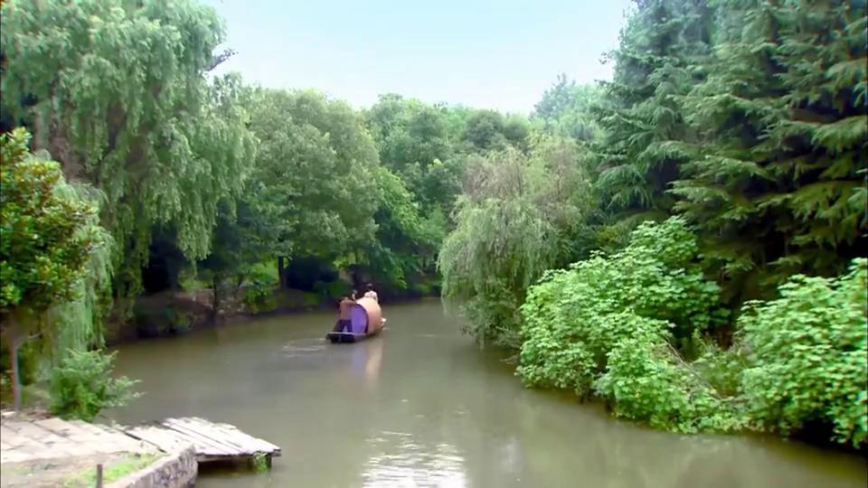 小伙为达目的不择手段,把姑娘骗的跳入水中,两人水里相拥亲吻!