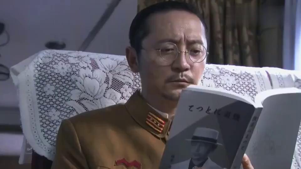 鬼子小兵火车上兽性大发,男子出面救下女孩,亮出身份小兵秒怂!