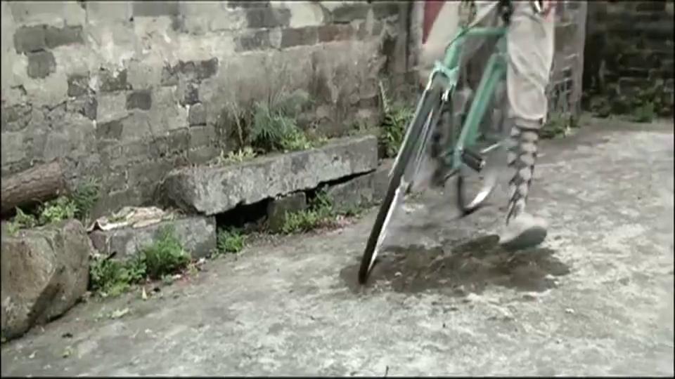 当骑车被追时,龙叔敲门这招学到了,太有才了