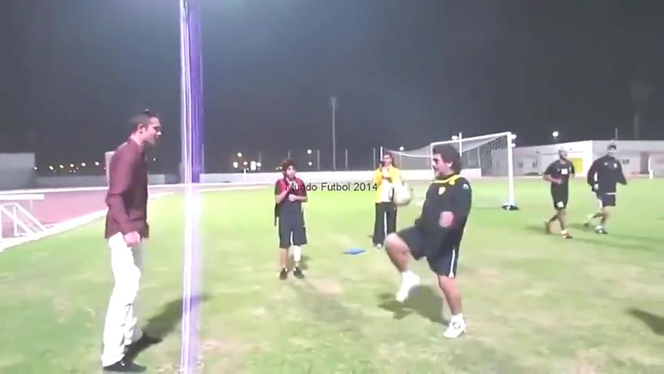 马拉多纳与范佩西的足球游戏,两位巨星玩的很开心