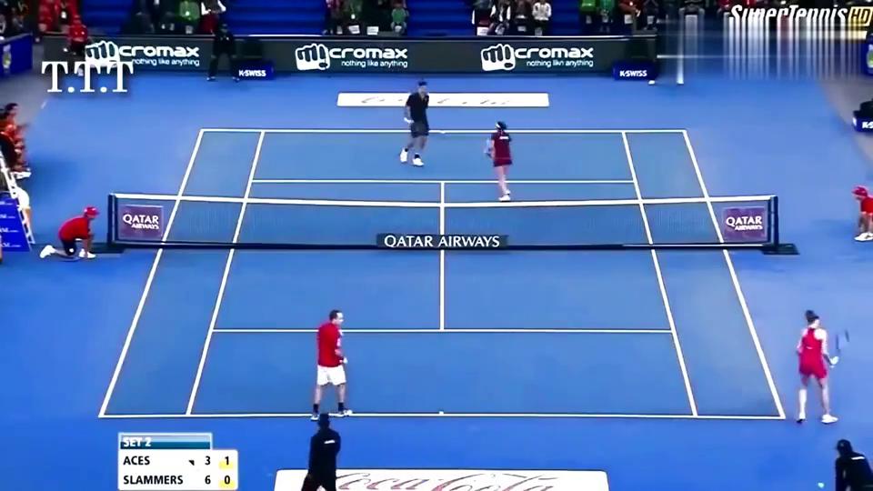 男子网球运动员向女子网球运动员发球