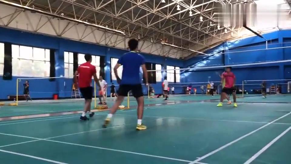 羽毛球:男双混战,走位灵活,击球精准,技术不错!
