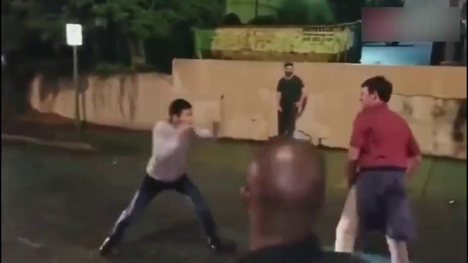 美国男大学生联谊会成员挑衅一位亚裔男子,结果被一拳打懵