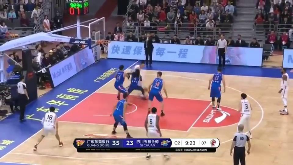 篮球:易建联破防低手传球,杜润旺表示这饼吃得很开心