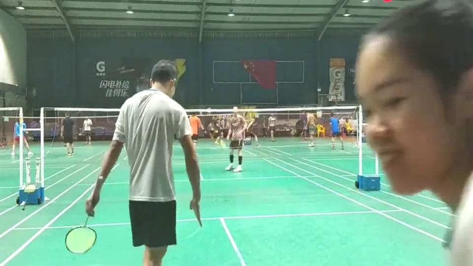 羽毛球:这帅哥手臂真粗,杀球也是杠杠的,铿锵有力