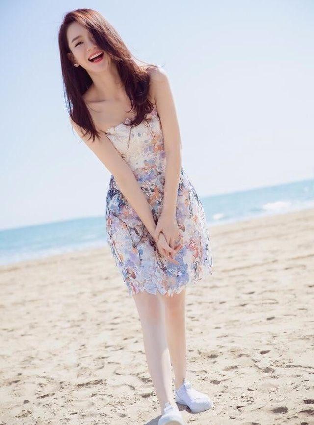 沙滩上爱笑的美女,静美人更美。